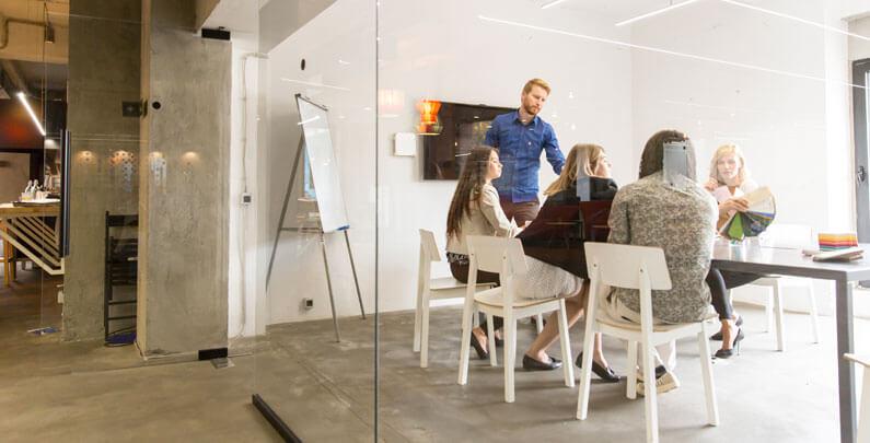 La división de espacios de trabajo con mamparas de cristal