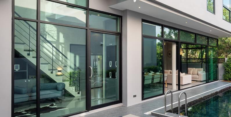 Diseño y funcionalidad en ventanas de suelo a techo